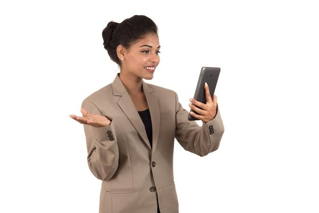 Piękna kobieta rozmawia podczas wideokonferencji online za pomocą smartfona