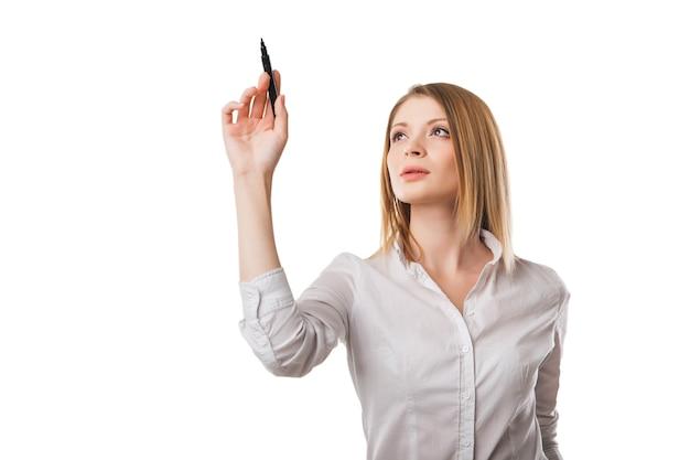 Piękna kobieta rysująca na szklanej desce na białym tle na białym tle