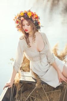 Piękna kobieta siedzi w łodzi