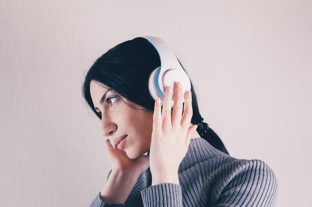 Piękna kobieta, słuchanie muzyki