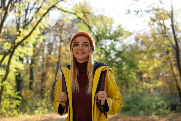 Piękna kobieta spaceru w lesie z uśmiechem