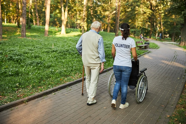 Piękna kobieta spacerująca ze starszym mężczyzną na świeżym powietrzu