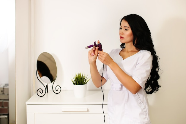 Piękna kobieta specjalistka uczy makijażu permanentnego
