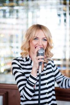 Piękna kobieta śpiewa