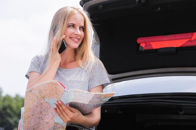 Piękna kobieta sprawdza mapę