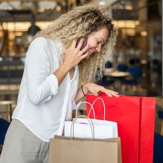 Piękna kobieta, sprawdzanie toreb na zakupy
