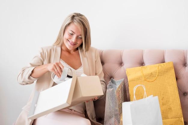 Piękna kobieta, sprawdzanie zakupów
