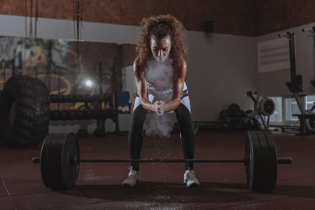 Piękna kobieta sprawny krzyś ćwiczenia