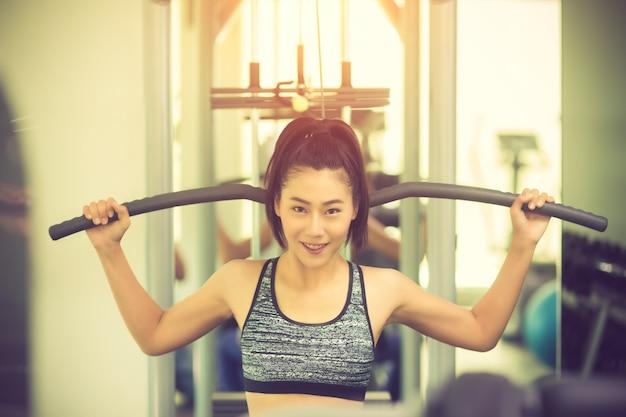 Piękna kobieta sprawny mięśni wykonując budynek mięśnie. vintage kolor