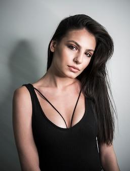 Piękna kobieta średni strzał