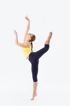 Piękna kobieta stoi. pozycja tancerza