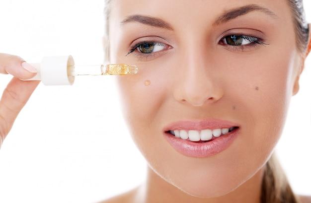 Piękna kobieta stosowania kosmetyków