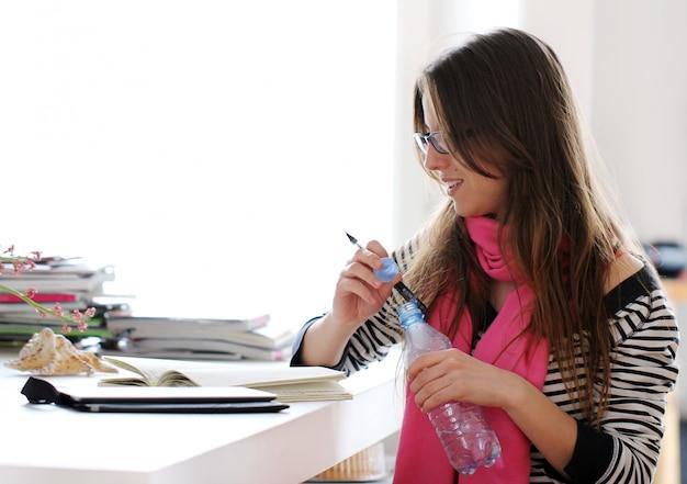Piękna kobieta studiuje w domu
