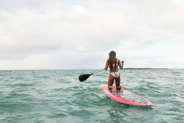 Piękna kobieta surfuje na hawajach