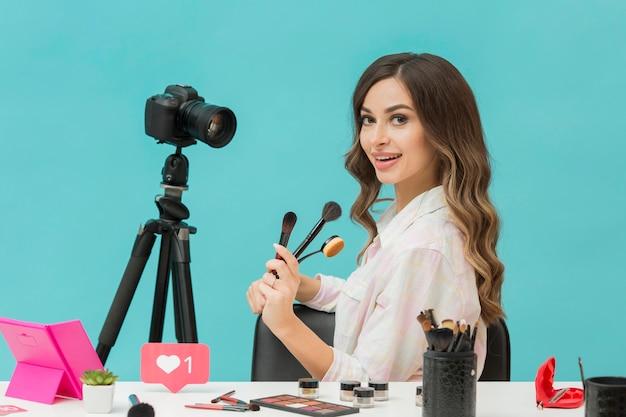 Piękna kobieta szczęśliwa nagrywać wideo