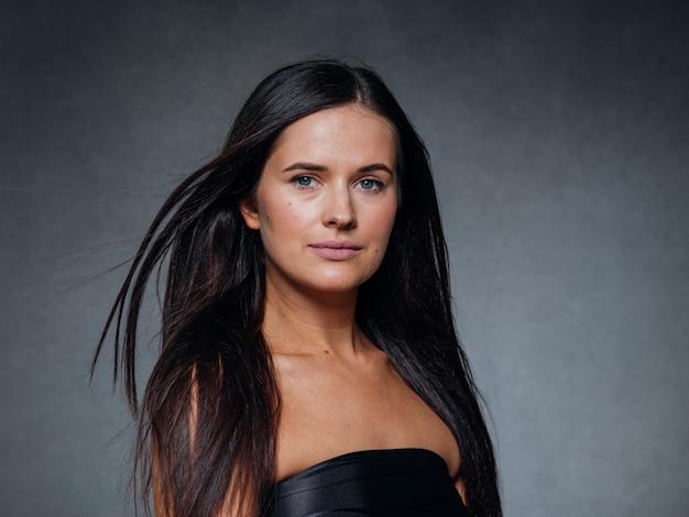 Piękna kobieta sztuki koncepcja długie włosy brunetka naturalny makijaż moda obraz. strzał studio.