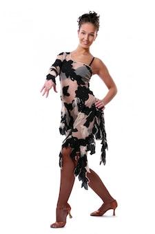 Piękna kobieta tańczy taniec latynoski