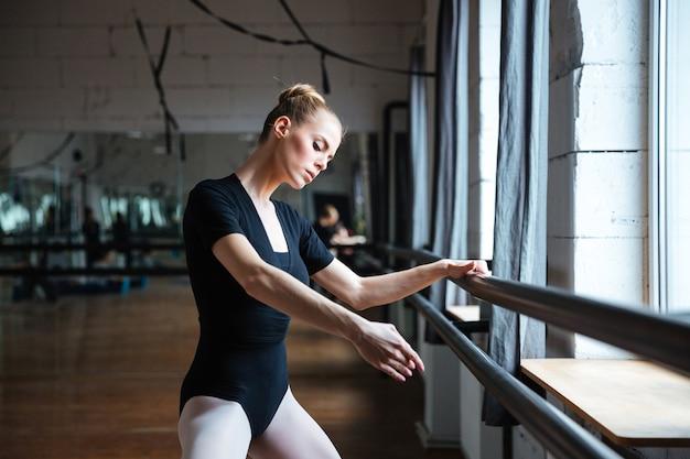 Piękna kobieta tańczy w klasie baletowej