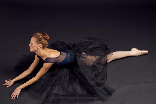 Piękna kobieta taniec wykonywane w stylu klasycznym na białym tle. zdjęcie wysokiej jakości