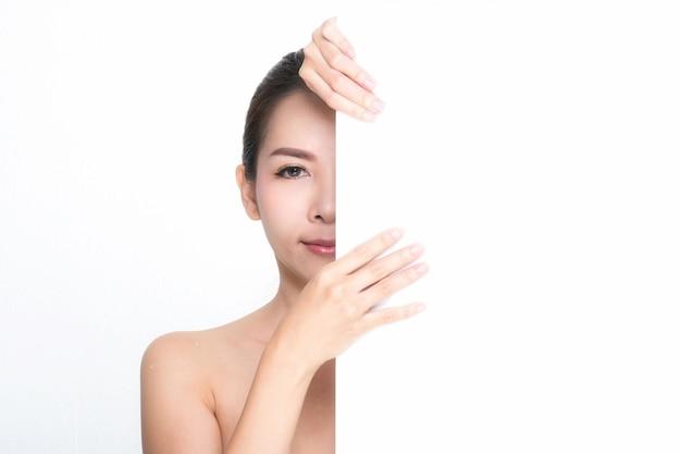 Piękna kobieta trzyma białego plakata, skóry opieki lub piękna pojęcie
