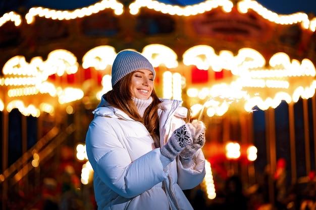 Piękna kobieta trzyma błyszczy i baw się na świeżym powietrzu