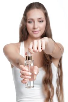 Piękna kobieta trzyma butelkę. skup się na butelce