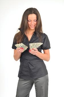Piękna kobieta trzyma dolary w dłoniach, na całej długości, odizolowane