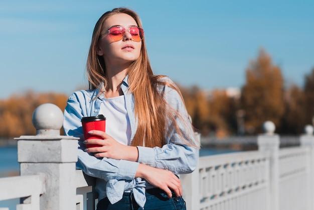 Piękna kobieta trzyma filiżankę kawy