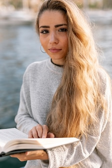 Piękna kobieta trzyma książkę
