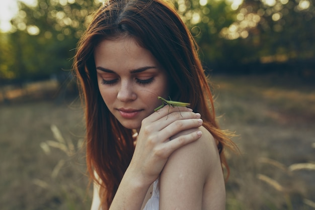 Piękna kobieta trzyma modliszkę na charakter.