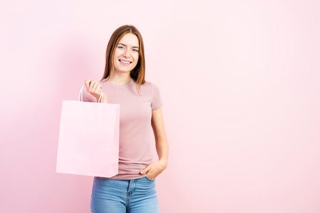 Piękna kobieta trzyma papierową torbę