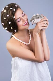 Piękna kobieta trzyma ślicznego małego jeża