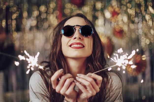 Piękna kobieta trzyma sparklers w rękach