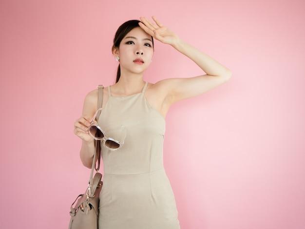 Piękna kobieta trzyma szkła i niesie rzemienne torby, mody pojęcie