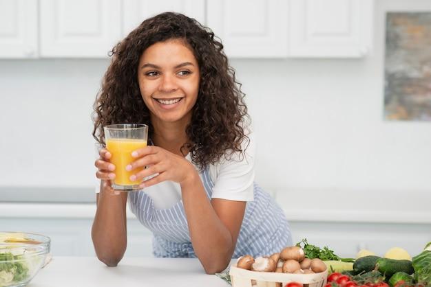 Piękna kobieta trzyma szklankę soku