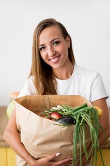 Piękna kobieta trzyma torbę na zakupy