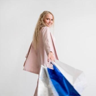 Piękna kobieta trzyma torby na zakupy