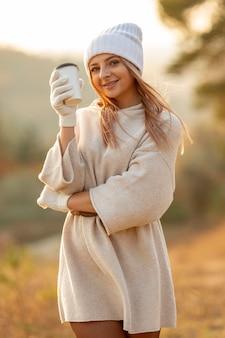 Piękna kobieta trzyma up wyśmienicie filiżankę kawy