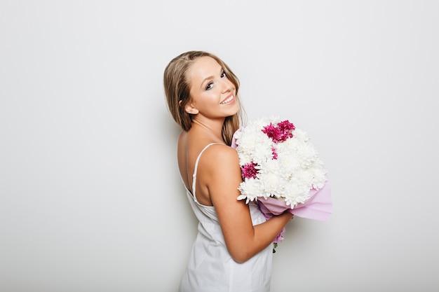 Piękna kobieta trzyma wiązkę kwiaty