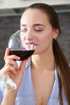 Piękna kobieta trzymać w rękach kieliszek czerwonego wina
