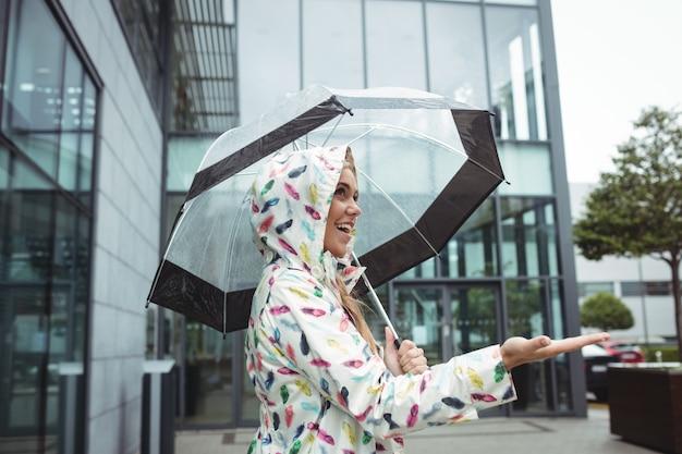 Piękna kobieta trzymając parasol