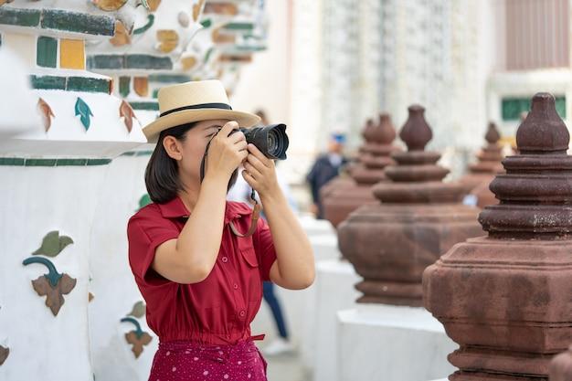 Piękna kobieta turysta posiadana kamera do przechwytywania wspomnień