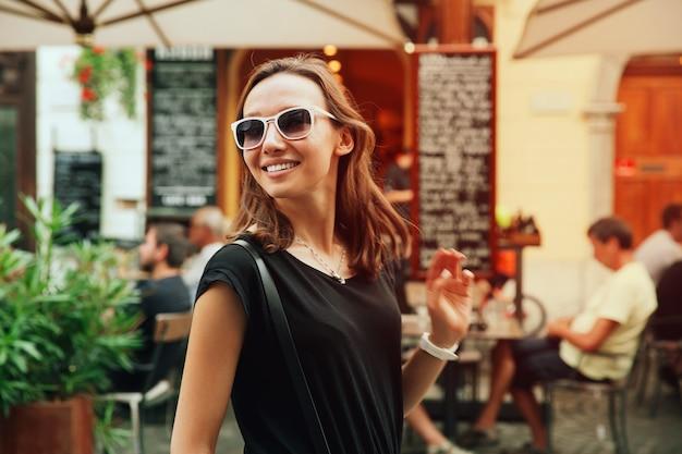 Piękna kobieta turystyczna na tle europejskiej ulicy starego miasta w lublanie, słowenia