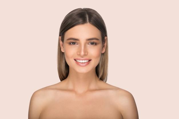 Piękna kobieta twarz portret blondynka. kolor tła. różowy