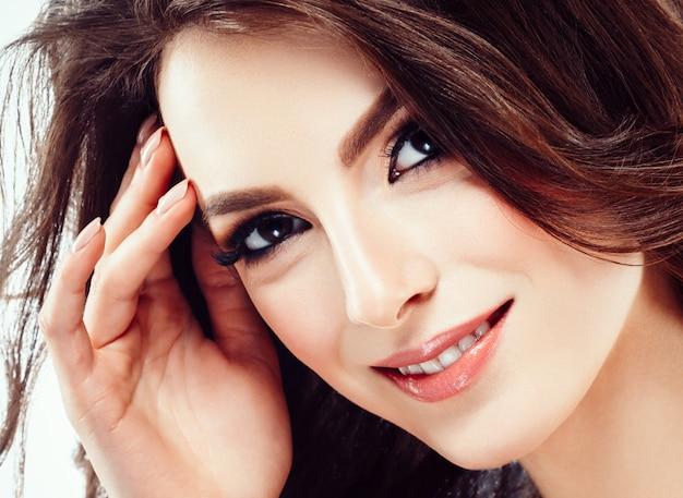 Piękna kobieta twarz z kręconymi włosami latający studio na białym tle. strzał studio. na białym tle.