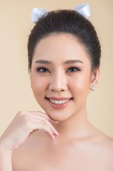 Piękna kobieta twarz z makijażem