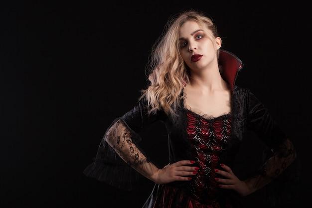 Piękna kobieta ubrana jak czarownica na karnawał na halloween. blondynka seksowna czarownica. bogini wampirów.