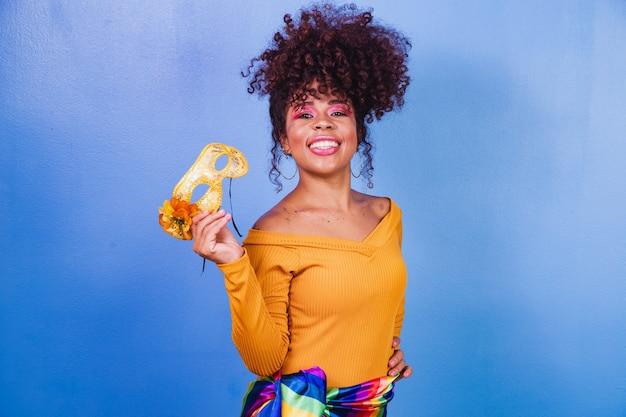 Piękna Kobieta Ubrana Na Karnawałową Noc. Afro Kobieta Z Karnawałowym Makijażem Premium Zdjęcia