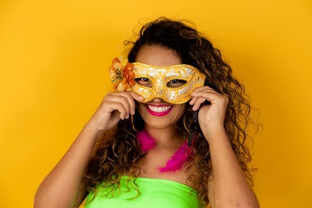 Piękna kobieta ubrana na karnawałową noc. afro kobieta z karnawałowym makijażem