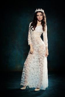 Piękna kobieta ubrana w białą koronkową sukienkę